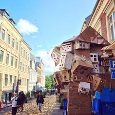 Kunstgaden i #NyVestergade. Mobile papskulpturer, gadeopera og campingvogn-kaffebar. #LokalområdeMix på vejen ned til mosen. #hcafestival #odense #mitodense #thisisodense @hcafestivals www.thisisodense.dk/15206/lokalomraademix
