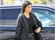 It's hard to keep up with all of the Kardashians, however were were able to track down the 4 weight loss tricks that helped Kourtney Kardashian shrink her belly. Discover her tricks!