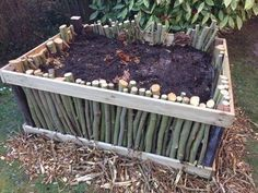 Remplir un carré potager auto-fertile en 9 étapes How do I fill a vegetable patch? Pour the compost in front of the bottom layer and mulch Decorative Garden Fencing, Garden Gates And Fencing, Garden Compost, Potager Garden, Permaculture Design, Garden Online, Gardening Magazines, Pallets Garden, Backyard Landscaping