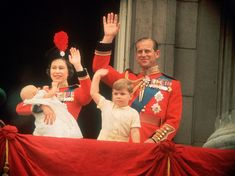 Queen Elizabeth, Prince Philip, Prince Andrew and Prince Edward waving to the crowds from the balcony at Buckingham Palace, during the Trooping of the Colour. Get premium, high resolution news photos at Getty Images Prinz Andrew, Prinz Philip, Prinz Charles, Princess Margaret, Princess Charlotte, Princess Kate, Queen's Official Birthday, Diana, Lady Louise Windsor
