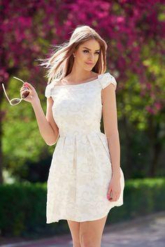 Rochie Fofy Delightful Nude. O rochie care inspira jovialitate. Poart-o la intalniri cu persoane dragi. Are un croi lejer si este realizata dintr-un material placut la atingere, cu tinuta buna. Este un model pe care il poti purta zi de zi.