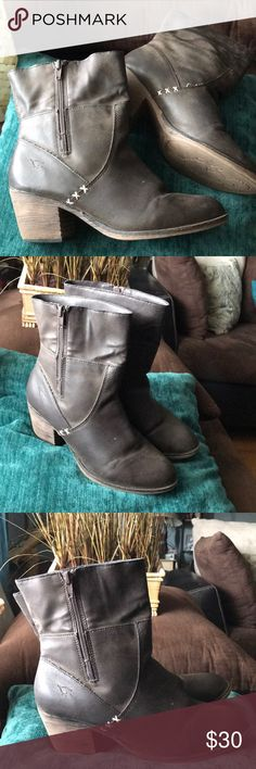 """🦋 High Ankle Brown Boots FEATURES  •Rocket Dog Ankle Boots  •Western Style  •Brown •Height Approx 9"""" •Heel Approx 2.5"""" •Zipper on the outer side of the boot  •Good preown Condition. Rocket Dog Shoes Ankle Boots & Booties"""