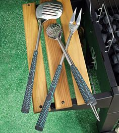Put a little swing into your backyard grilling with our Golf BBQ Tools Set. Each tool has a soft insulated grip just like the ones on your real clubs and look like golf accessories! From the slotted spatula (club) to the turning fork (divot fixer), to the Golf Club Crafts, Golf Ball Crafts, Golf Gifts For Men, Gifts For Golfers, Mens Golf, Sports Gifts, Bbq Tool Set, Bbq Set, Golf Outing