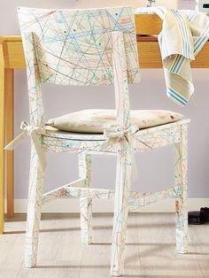 """Stuehle-aufpeppen 1. Schnittmusterbögen passend zur Stuhlform zuschneiden (alternativ Bögen überlappen lassen). 2. Kleister anrühren, Schnittmusterbögen auf den Stuhl """"tapezieren"""" und trocknen lassen. Zum Versiegeln mit Klarlack streichen. Trocknen lassen."""