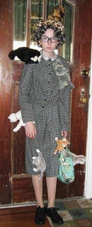 Mira ya te tengo tu disfraz de día de brujas....de loca de los gatos...XD aunque con con semejante narizota te queda mejor el de bruja