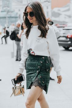 """Tenho notado que os looks de street style vistos nas semanas de moda têm sido mais """"reais"""". E na Paris Haute Couture Week de outono/inverno foi assim. Adoro isto, pois podemos nos inspirar facilmente."""