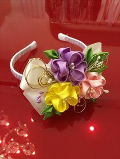 3 flower on bow Dyi Flowers, Felt Flowers, Fabric Flowers, Ribbon Art, Ribbon Crafts, Flower Crafts, Kanzashi Tutorial, Diy Headband, Baby Headbands