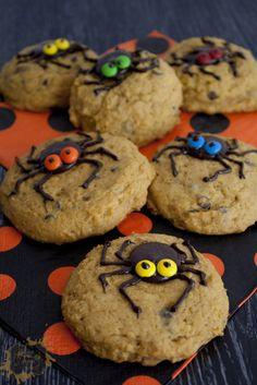 Une recette qui rejoint l'arrivée de l'automne et Halloween! Ces petits cookies à la citrouille sont tendres et moelleux (à la limite d'une texture de gâteau) et décorés par de grosses araignées. Encore une fois, rien de vraiment compliqué aussi bien au niveau de la recette que pour la déco! Source pour la déco: Pinterest […]