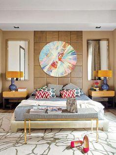 La cama, diseñada por Blanca Fabre y tapizada en ante, se apoya en un panel de cuarterones de piel d... - Copyright © 2014 Hearst Magazines, S.L.