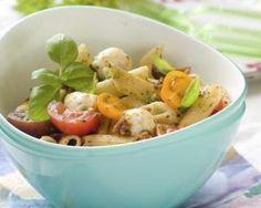 Salade de pâtes froides aux tomates, basilic et mozzarella : Savoureuse et équilibrée | Fourchette & Bikini