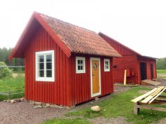 Dra el till fristående hönshus? | Byggahus.se Cute Chicken Coops, Red Houses, Scandinavian Home, Tiny House, Shed, Backyard, Cottage, Outdoor Structures, Cabin