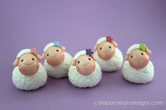 Custom made order of Little Sheep Favors. Hand sculpted in cold porcelain clay. I used onyx gemstone, small little flowers on their heads and a dot . Sculpey Clay, Polymer Clay Figures, Polymer Clay Animals, Fondant Figures, Polymer Clay Projects, Polymer Clay Charms, Polymer Clay Creations, Polymer Clay Art, Clay Crafts