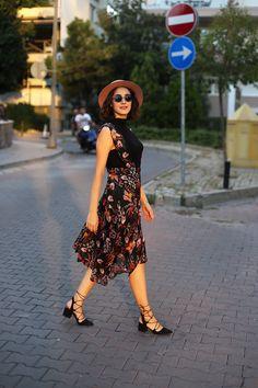 http://gulsahciftci.tumblr.com/post/164678767597/%C5%9Fapkalar-%C3%A7i%C3%A7ekli-elbiseler-ve-g%C3%BCl%C5%9Fah