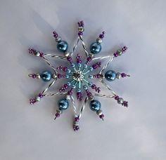 hvězdička z korálků Vánoční hvězdička z korálků a perliček na pevné drátěné konstrukci , velikost 10 cm v barvách stříbrná fialová modrá