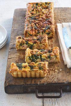 Hartige taart met zalm en spinazie. Kijk voor meer recepten en verkrijgbaarheid op Tantefanny.nl. Koelverse degen op rol!