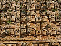 https://flic.kr/p/dfQqeW | CODZ POOP | También se le denomina Palacio de los Mascarones. Se realizó sobre una plataforma artificial y sus paredes están ricamente decoradas. La fachada oeste tiene mascarones de Chaac y debajo de los mismos hay una greca de serpientes entrelazadas y sobre los mascarones hay una decoración geométrica a base de triángulos. Está en Kabáh, que es un yacimiento arqueológico maya, ubicado al Sureste de Uxmal en el estado de Yucatán en México.