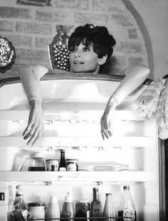"""La actriz Audrey Hepburn fotografiado por Gianni Praturlon en la Warner Brothers Burbank Studios, ubicado en Warner Boulevard, en Burbank, una ciudad en el condado de Los Ángeles, en el sur de California (EE.UU.), en el set de la vivienda de su carácter Susy Hendrix durante el rodaje de """"Sola en la oscuridad"""", el 21 de abril, 1967.Audrey llevaba: Suéter: Bettina (de un tejido de punto en una sombra de color rosa claro, con un cuello redondo y mangas de parada encima de las muñecas, una…"""