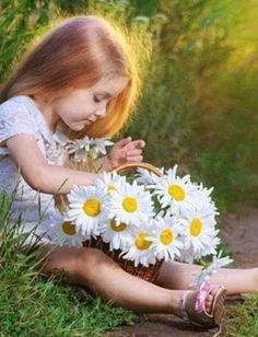 Daisy Field, Daisy Love, Daisy Daisy, Daisy Chain, Cute Baby Wallpaper, Beautiful Children, Color Themes, Cute Kids, Color Splash