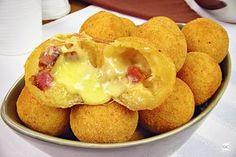 Bolinha de bacon com provolone Cheddar, French Toast, Muffin, Food And Drink, Potatoes, Cheese, Vegetables, Breakfast, Ethnic Recipes