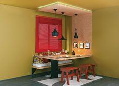 um-banco-de-madeira-fixo-na-parede-com-assentos-de-futons-faz-toda-a-diferenca-nesta-sala-de-jantar-assinada-por-gustavo-calazans-bancos-de-...