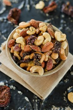 A savory mix of roasted nuts with sun-dried tomatoes and Italian seasonings, this Pizza Trail Mix is the ultimate snack. Vegan, gluten-free and paleo. Real Food Recipes, Vegan Recipes, Snack Recipes, Appetizer Recipes, Vegan Meals, Pizza Recipes, Easy Recipes, Yummy Snacks, Healthy Snacks