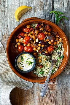Bol marocain aux pois chiches, tomates cerises et amandes Healthy Meal Prep, Healthy Cooking, Healthy Eating, Veggie Recipes, Vegetarian Recipes, Healthy Recipes, Pesco Vegetarian, Confort Food, Mediterranean Dishes