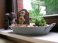 own creation: kleine vetplantjes in een schaal, wat keitjes, een leuke beeldje ...