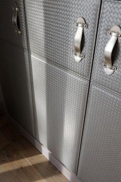porte de dressing- revêtement de porte- cuir tressé- dessing doors -ikhome -ikone rental -location saison -photo erick saillet