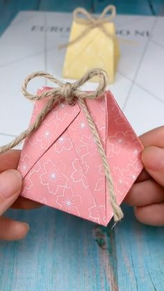 DIY Top Tutorial: You are changing the memory of that paper-Origami. Diy Gift Bags Paper, Paper Gifts, Diy Paper Box, Paper Box Tutorial, Origami Box Tutorial, Small Paper Bags, Small Gift Bags, Homemade Gift Boxes, Diy Gift Box
