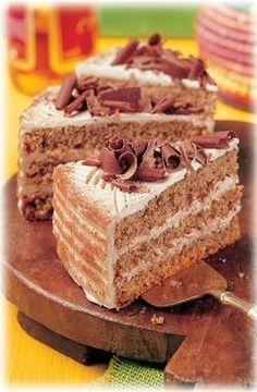 Eine sahnige Torte mit Mandeln, Haselnüssen und Rum                                                                                                                                                                                 Mehr