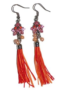 Oorbellen met oranje-rode kwastjes en rose steentjes. Totale lengte 8 cm. Zie afbeelding.