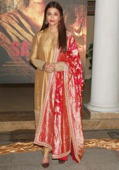 "Aishwarya Rai handwoven Mysore Pink banarasi dupatta In Delhi, yesterday was the first poster launch of Aishwarya Rai and Randeep Hooda starrer ""Sarabjit"". She wore Sabyasachi mustard kurta set paired with rich handwoven Mysore Pink banarasi dupatta Pakistani Fashion Party Wear, Indian Fashion, Ethnic Fashion, Kurta Designs, Blouse Designs, Indian Dresses, Indian Outfits, Indian Clothes, Sabyasachi Dresses"