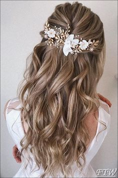 Best Wedding Hairstyle Trends 2019 wedding hairstyle on curly blonde hair half up half down with accessories pearly.hairstylist Best Wedding Hairstyle Trends 2019 wedding hairstyle on curly blonde hair half up half down with accessories pearly. Elegant Wedding Hair, Wedding Hair Down, Wedding Hair And Makeup, Wedding Hair Accessories, Wedding Hair Blonde, Bride Hair Down, Bridal Hair Half Up Half Down, Wedding Hairstyles Half Up Half Down, Boho Wedding