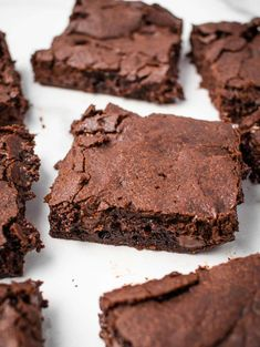 Got a chocolate craving? Make these double chocolate vegan brownies from scratch! They are easy to make, and oh my, so gooey and fudgy! Fudgy Vegan Brownies, Homemade Brownies, Homemade Snickers, Chocolate Brownies, Chocolate Chips, Vegan Dessert Recipes, Vegan Recipes Easy, Veg Recipes, Cupcake Recipes