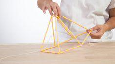 ¿Necesitas nueva lámpara? Hazte una en casa. Solo necesitas pajitas de cartón, cuerda y un poco de pintura. ¡A por ello!