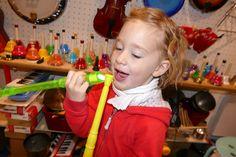 Alice essaye de souffler dans une vuvuzela et une flute en même temps http://www.letoutpetitconservatoire.com/
