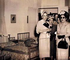 Eva Perón acompañada de su amiga, la Sra. María Delgado Romero de Odría, esposa de presidente peruano Manuel Arturo Odría Amoretti, y otras señoras, visitando dormitorios infantiles de una obra de la Fundación Eva Perón. Año 1950.