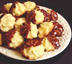 Fiind 1 Iunie, m-am gandit sa fac o surpriza piticilor mei, sa le fac o portie de biscuiti/fursecuri, dulciurelele lor preferate 🙂 Intr-o cautare pe google m-am oprit la o reteta de fursecuri de la Laura Adamache. Am regasit in aceste fursecuri de cofetarie gustul fursecurilor din copilarie, pentru care cautam reteta de cand ma … Cookie Recipes, Snack Recipes, Romanian Food, Romanian Recipes, Food Cakes, Biscuits, French Toast, Chips, Food And Drink