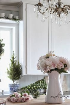 Decking the halls ~Holiday Housewalk Home Tour - French Country Cottage Christmas Kitchen, Romantic Homes, Pink Christmas, Home Floral Arrangements, French Country Christmas, Cottage Christmas, Deck The Halls, French Country Cottage, Xmas Decorations