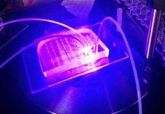 Il chip che permette di individuare le cellule tumorali nel sangue. La luce violetta è generata da un laser (fonte: Fabio Del Ben, Cytofind Dignostics)