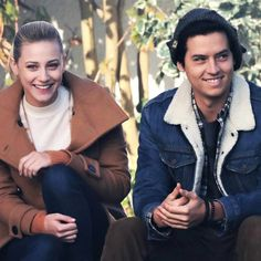 Sky Gossip News: Lili Reinhart Cole Sprouse Share A Laugh Between Filming New 'Riverdale' Scenes Cole Sprouse Hot, Cole Sprouse Funny, Cole Sprouse Jughead, Betty Cooper, Archie Comics, Dylan O'brien, Stranger Things, Riverdale Betty And Jughead, Cole Sprouse Aesthetic