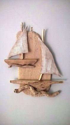 Eine schöne hängen Treibholz Segelboote für Sie Ferienhaus Haus. Treibhölzer werden von den sonnigen Stränden der Insel Tinos (Cyclades) gesammelt.  Misst ca.: 50 x 40 cm  Vielen Dank für Ihren Besuch auf meiner Sammlung! Haben Sie einen schönen Sommer! SteliosArt
