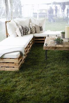 werfen sie einen blick auf diese idee für moderne sofas mit weißen kissen und tisch aus alten europaletten   idee für palettenmöbel terrasse