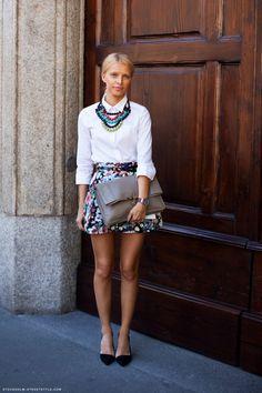 Camisa branca com maxi colar como gola, saia estampada. Perfeito!!!!!! Fotos: Reprodução/Stockholm