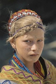Girl from the Kalash people. The Kalash people is an ethnic group found in Pakistan, but what really makes them unique is their white characteristics (Green eyes are the most prevalent trait, and blonde hair is common) and lived in isolation for thousands of years. Women have one of the highest rankings in the world for indigenous rights. Fallen Empire, Beautiful World, Beautiful People, People Around The World, Around The Worlds, Foto Face, Kalash People, Hindu Kush, Facial Tattoos