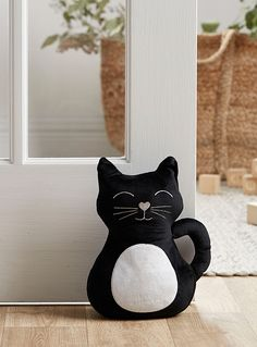Simons Maison exclusive Not only will this cheeky-eyed black cat happily hold the door, but it will always brighten your day! Soft microfibre with embroidered accents Easy-care that wipes clean with a damp cloth x x x 25 x 6 cm) Cool Kids Bedrooms, Cat Pattern, Stuffed Animal Patterns, Felt Animals, Cat Art, Decorative Accessories, Sewing Projects, Kids Rugs, Doors