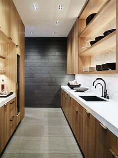 modern pantry design Wood Shelving Units, Open Shelving, Light Wood Cabinets, Linear Fireplace, Dark Countertops, Separating Rooms, Living Roofs, Living Room Kitchen, Dining Room