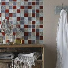 <p>Our best selling hong kong autumn mix square mosaics are a ultra-modern choice. These individual hand-made glass mosaic squares in red, grey/blue, white and cream have a metallic leaf effect to the back of the glass which creates a truly contemporary design. Totally in-line with the latest design trends this stunning mosaic offers a modern twist for you to transform your walls.</p>
