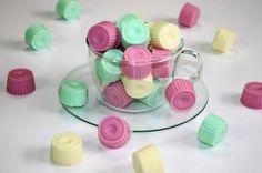 Zutaten     2Stk.Silikonformen (z.B. für Eiswürfel oder Pralinen)  150  mlWasser  2EL  Zucker  15g  Gelatine (gemahlen)  1P...