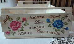 Caixote de feira com pátina, decoupagem com flores de tecido e palavras pintadas com estencil.
